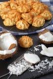 Домодельные печенья macaroons кокоса, взгляд сверху Стоковые Фото
