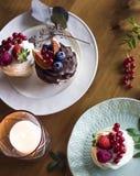 Домодельные пирожные с свежими ягодами в плитах на деревянном столе Стоковая Фотография RF