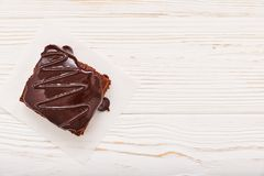 Домодельные пирожные шоколада на белой деревянной предпосылке, взгляд сверху, copyspace стоковое фото rf