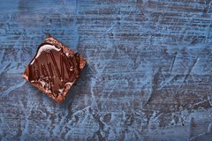 Домодельные пирожные шоколада на синей предпосылке, взгляд сверху стоковые изображения rf
