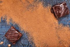 Домодельные пирожные шоколада на синей предпосылке, взгляд сверху стоковое фото