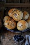 Домодельные плюшки с семенами подсолнуха льняного семени для завтрака с маслом и голубикой сжимают Стоковые Изображения