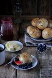 Домодельные плюшки с семенами подсолнуха льняного семени для завтрака с маслом и голубикой сжимают Стоковое фото RF