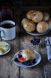 Домодельные плюшки с семенами подсолнуха льняного семени для завтрака с маслом и голубикой сжимают Стоковые Изображения RF