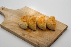 Домодельные плюшки с семенами сезама на деревянной квадратной разделочной доске i Стоковые Фотографии RF