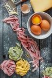 Домодельные покрашенные макаронные изделия, яичка и сыр Стоковые Изображения RF
