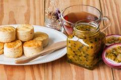 Домодельные простые scones служат с домодельным вареньем маракуйи и Стоковое Изображение RF