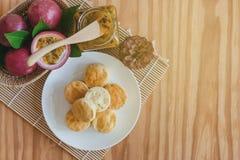 Домодельные простые scones служат с домодельным вареньем маракуйи Sco Стоковое фото RF