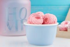 Домодельные розовые zephyr или зефир на голубом шаре Стоковые Изображения RF