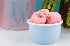 Домодельные розовые zephyr или зефир на голубом шаре Стоковое Изображение