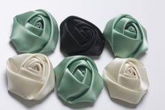 Домодельные розы от белой, черной и изумрудной сатинировки На белой предпосылке Стоковое Фото