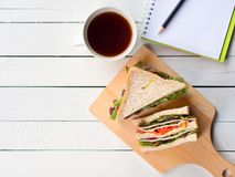 Домодельные сандвич сыра ветчины и кофейная чашка для завтрака Стоковые Изображения RF