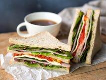 Домодельные сандвич сыра ветчины и кофейная чашка для завтрака Стоковое Изображение RF
