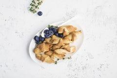 Домодельные свежие запыленные печенья напудрили сахар в белой плите стоковое фото