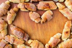 Домодельные свежие печенья в форме сердца на деревянной доске с космосом экземпляра, взгляд сверху Стоковые Изображения RF