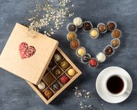 Домодельные темные конфеты шоколада в форме сердца на день Валентайн, подарок на день Святого Валентина St, возлюбленный, кофе стоковые изображения