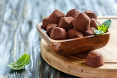 Домодельные темные трюфеля шоколада в деревянном шаре Стоковое фото RF