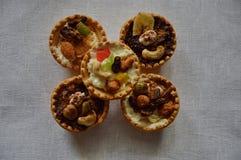 Домодельные торты, испеченные раковины, белый сыр, гайки и плодоовощ конфеты Стоковая Фотография RF