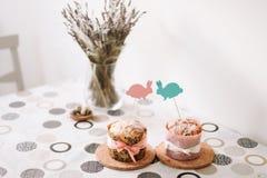 Домодельные торты пасхи с украшениями Предпосылка праздника пасхи, весенний сезон E r r стоковые фотографии rf