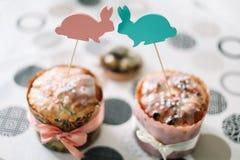 Домодельные торты пасхи с украшениями Предпосылка праздника пасхи, весенний сезон r r стоковое фото