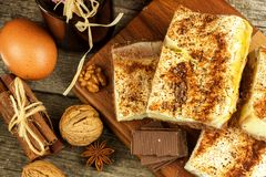 Домодельные торты с какао и пудингом Нездоровая сладостная еда помадка завтрака Стоковые Фотографии RF