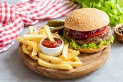 Домодельные фраи бургера и француза говядины с кетчуп на деревянной доске Стоковая Фотография RF