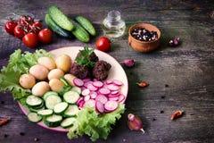 Домодельные фрикадельки послужены с овощами стоковое изображение rf