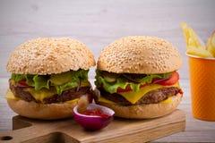 Домодельные cheeseburgers и фраи с sause томата Стоковое фото RF