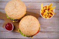 Домодельные cheeseburgers и фраи с sause томата Стоковые Изображения RF