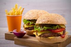 Домодельные cheeseburgers и фраи с sause томата Стоковые Изображения