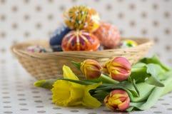 Домодельные handmade покрашенные пасхальные яйца на плетеной корзине, традиционной handcraft яичка стоковые изображения rf