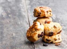 Домодельные scones султанши на деревянном столе стоковые фото