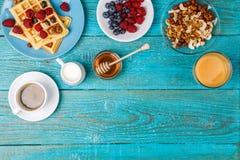 Домодельные waffles, свежие поленики и голубика, чашка кофе, молоко, гайки и мед Стоковое фото RF