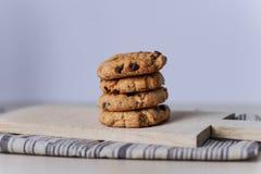 Домодельные yummy штабелированные печенья обломока шоколада стоковые фотографии rf