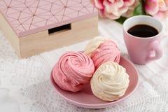 Домодельные zephyr или зефир с кофе на розовой предпосылке Стоковая Фотография