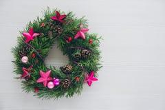 Домодельный венок рождества на белом деревянном столе Стоковая Фотография RF