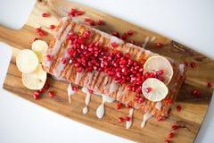 Домодельный весь хлебец лимона пшеницы при украшенный замораживать сладостного лимона с семенем pomergranate, лимона и известки Стоковые Изображения
