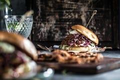 Домодельный вытягиванный бургер свинины с концом соуса bbq вверх стоковое фото rf