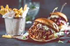 Домодельный вытягиванный бургер свинины с концом соуса bbq вверх стоковое фото
