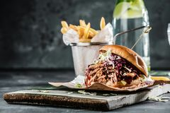 Домодельный вытягиванный бургер свинины с концом соуса bbq вверх стоковые фото