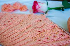 Домодельный вязать розовый пуловер Стоковые Изображения