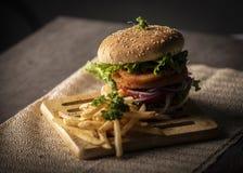 Домодельный гамбургер над деревянным столом с темной предпосылкой стоковые фотографии rf