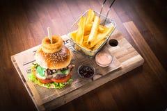 Домодельный гамбургер с французскими фраями стоковое фото rf