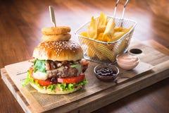 Домодельный гамбургер с французскими фраями стоковое изображение rf