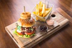 Домодельный гамбургер с французскими фраями стоковая фотография rf