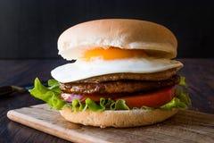 Домодельный двойной гамбургер с яичком, салатом и томатами стоковое фото rf