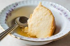 Домодельный десерт манной крупы с соусом карамельки/карамелькой Creme Стоковое Фото