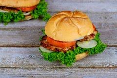 Домодельный зажаренный гамбургер 2 с говядиной, луком, томатом, салатом и сыром Стоковые Фотографии RF