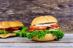 Домодельный зажаренный гамбургер 2 с говядиной, луком, томатом, салатом и сыром Стоковая Фотография