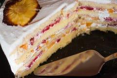 Домодельный именниный пирог украшенный с ананасом цветет Стоковое Изображение